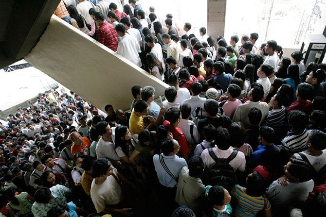 Толпы в разных странах мира