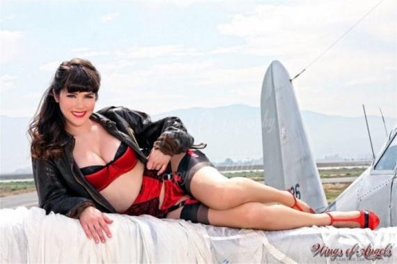 Бесстрашные девушки на крыльях самолета