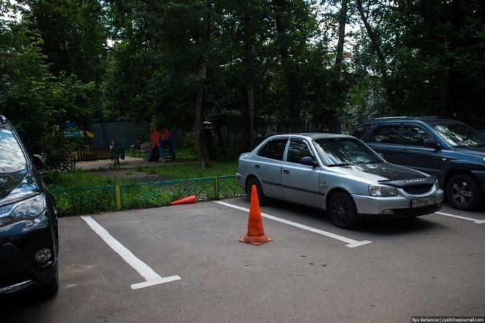 """Как отучить соседей от фразы """"это мое место парковки"""" (2 фото)"""