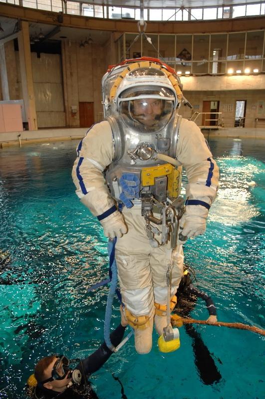 Как космонавты готовятся работать в открытом космосе