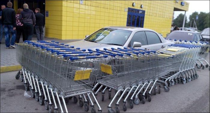 Наказание за парковку у супермаркета (2 фото)