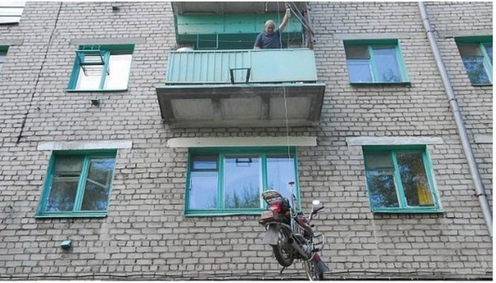 Парковка мотоцикла на балконе 3-го этажа (5 фото)