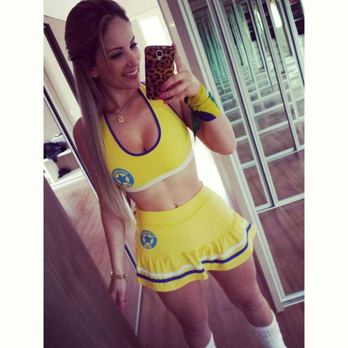 Футбольная фанатка из Бразилии (38 фото)