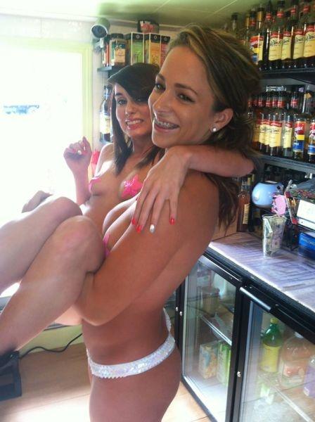 Сексуальные официантки в одной кофейне (54 фото)