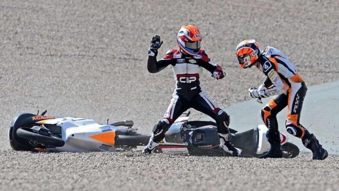 Драка мотоциклистов прямо во время мотогонки (8 фото)