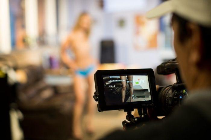 Обычный день порноактрисы (15 фото)
