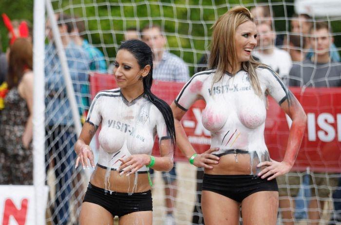 Фанатки из Германии сыграли в футбол топлес (21 фото)