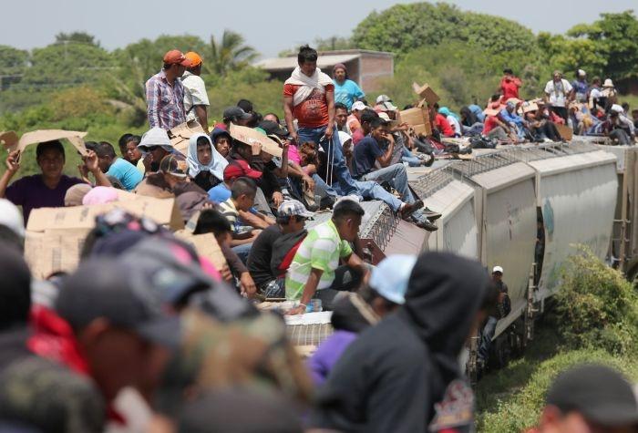 Опасный способ нелегально попасть на территорию США из Мексики (32 фото)