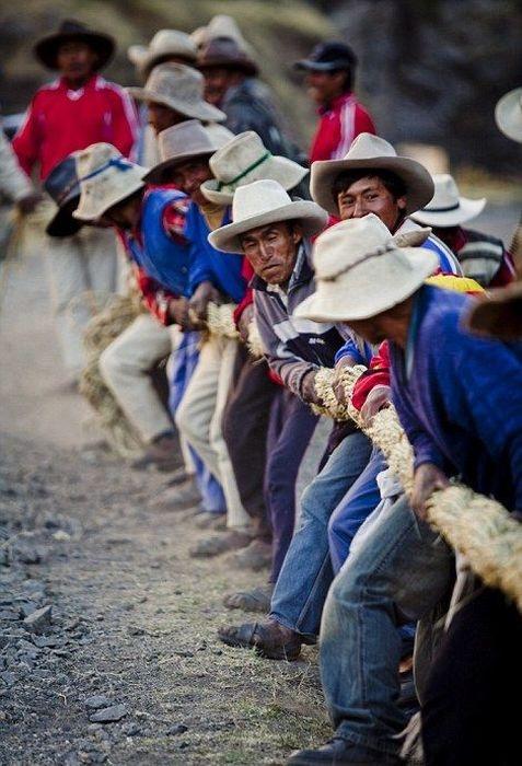 Необычный перуанский подвесной мост, сделанный из веревок (22 фото)