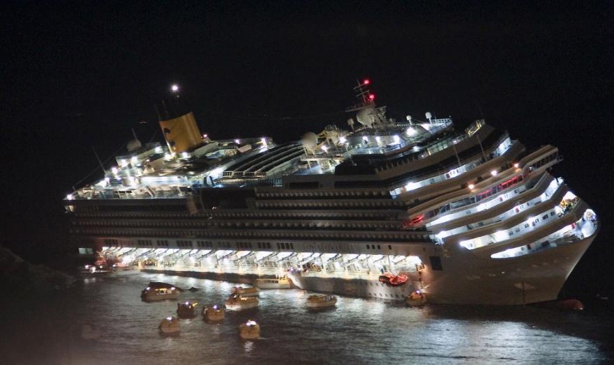 Последнее путешествие лайнера Costa Concordia (30 фото)