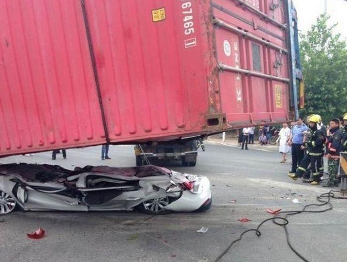 Контейнер слетел на машину, все живы (9 фото)