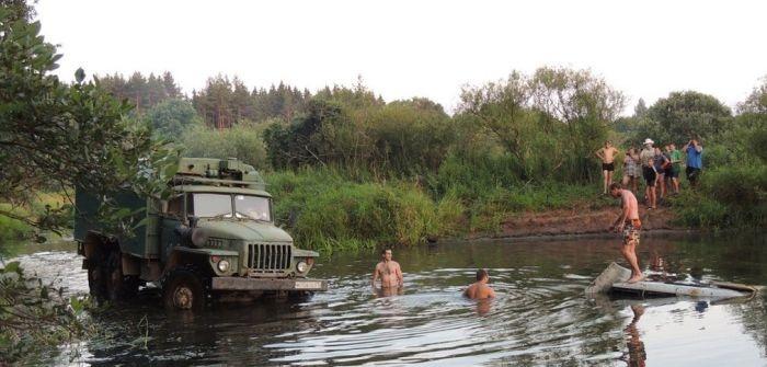 Решили прокатиться по пруду на УАЗике (7 фото+ видео)