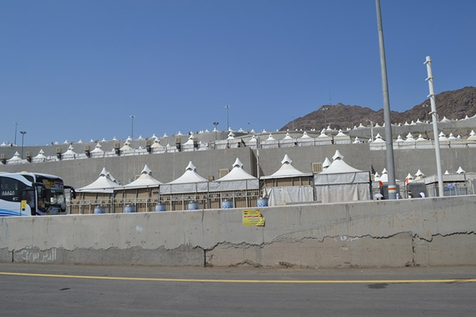 Прогулка по гигантскому городу палаток для паломников (39 фото)