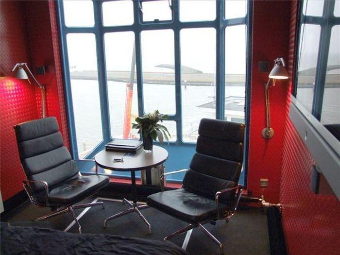 Гостиница внутри строительного крана в Амстердаме (14 фото)
