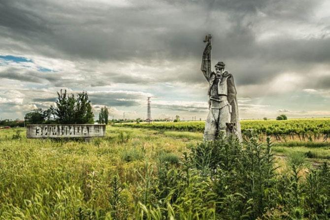 Заброшенные памятники времен СССР (31 фото)