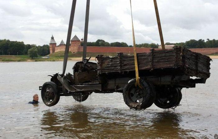 Поднят со дна военный грузовик времен ВОВ (11 фото)