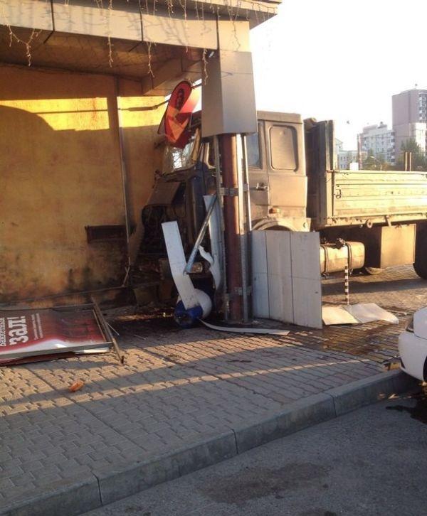 Правильное решение для остановки грузовика с отказавшими тормозами (4 фото)