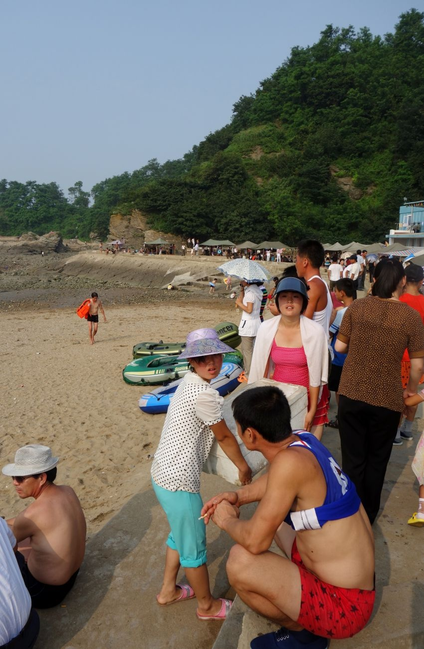 Как отдыхают на пляжах Северной Кореи (24 фото)