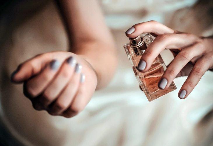 Куда на теле нужно брызгать парфюм чтобы его хватало на долго