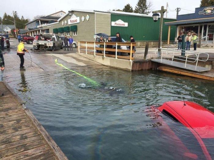 Следуя указаниям навигатора Канадка оказалась в озере