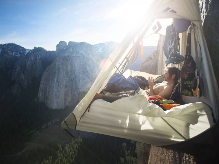 Как скалолазы спят в горах