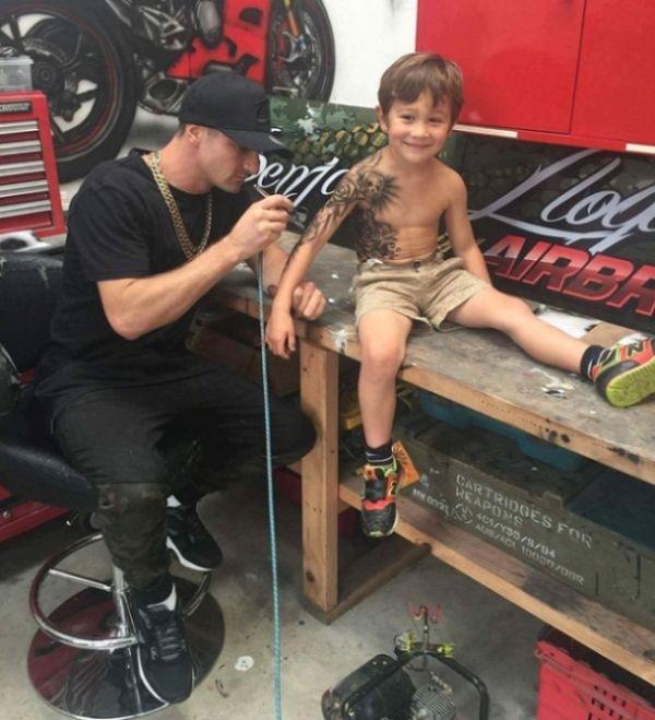 Тату мастер порадовал детишек временными татуировками
