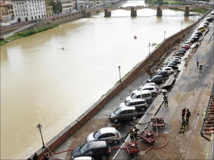 Во Флоренции обрушилась набережная