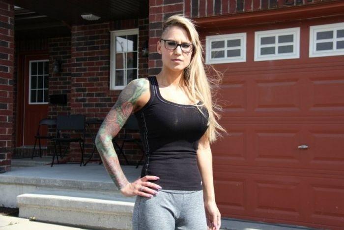 Большая грудь девушки стала причиной разногласий с руководством