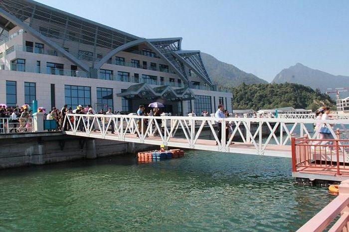 В Китае под толпой туристов обрушился мост (9 фото)