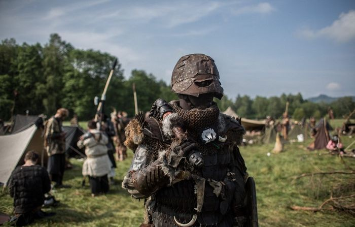 Массовое сражение фанатов «Хоббита» в чешском лесу (21 фото)