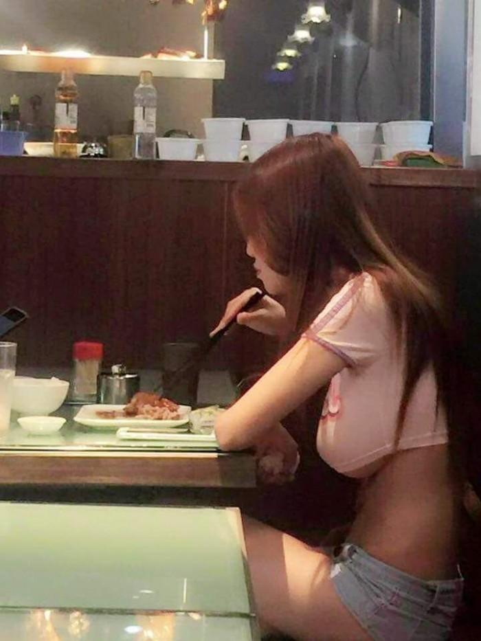 Китайская девушка зашла в кафе поесть курицы