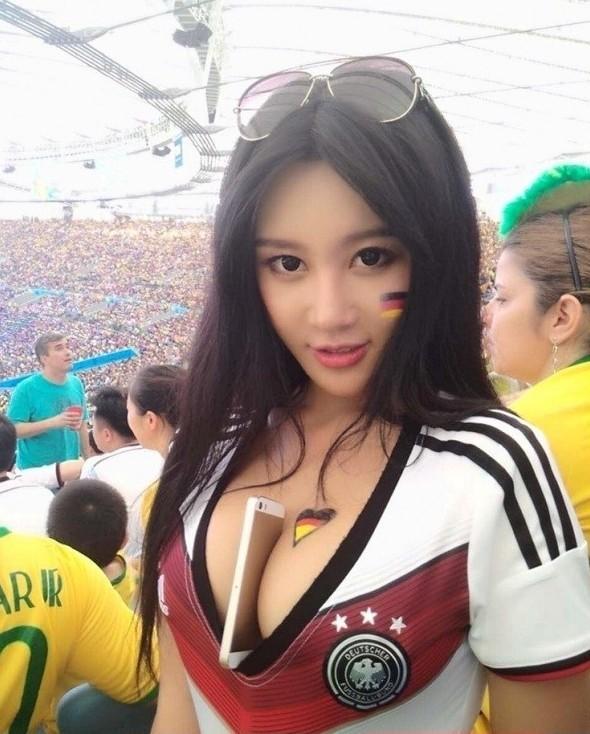 Симпатичные футбольные болельщицы
