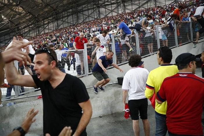 Столкновение болельщиков в Марселе (20 фото)