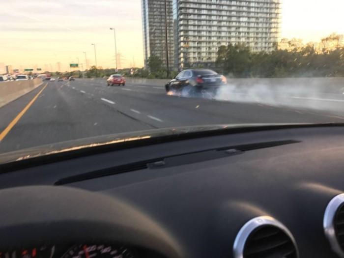 Идиот со спущенным колесом с огоньком прокатился по трассе