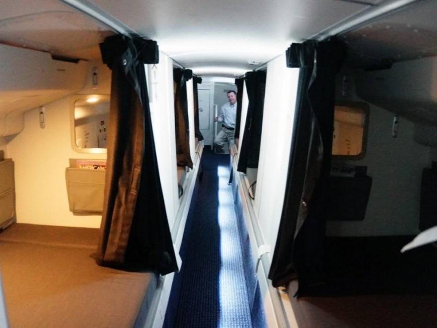 Где спят стюардессы во время длительных перелётов