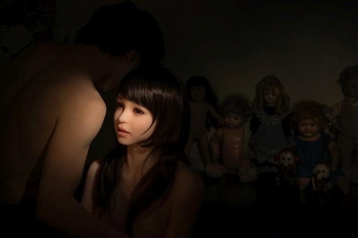 Корейский фотограф снимает свою жизнь с ультра-реалистичной cиликoнoвoй куклой