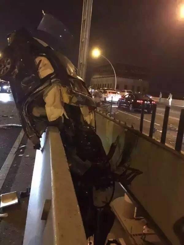 В Китае автомобилист-лихач попал в ДТП и повис на мосту