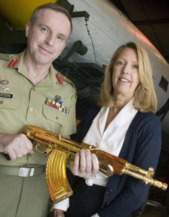 Золотое оружие Саддама Хусейна (18 фото)