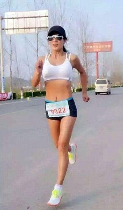 50-летняя китаянка удивила пользователей сети фигурой 20-летней девушки