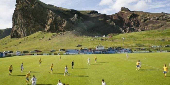 Как выглядят футбольные стадионы в Исландии