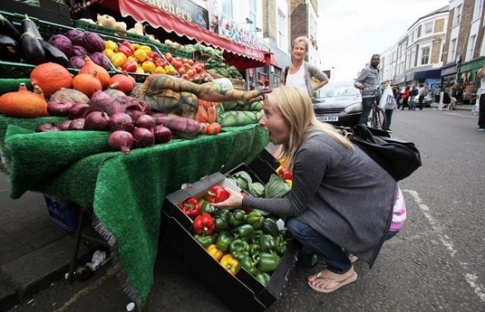 Непросто разглядеть разукрашенную девушку на прилавке с овощами (5 фото)