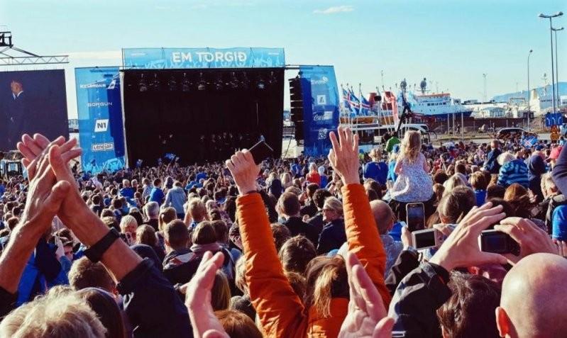 Именно так встречают настоящих чемпионов! Сборная Исландии вернулась домой (5 фото +  видео)