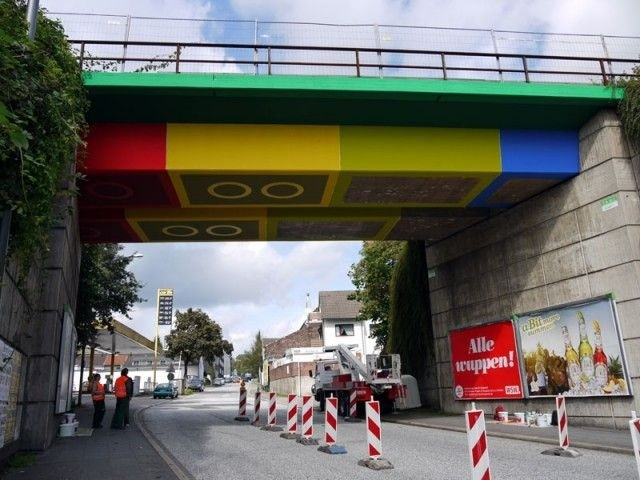 Мост из гигантских кубиков Lego