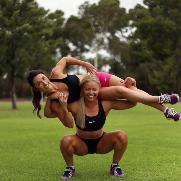 Спортивные девушки в коротких шортиках