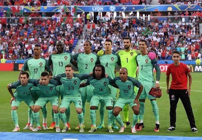 Вышедший на поле болельщик попал на командное фото сборной Португалии (2 фото)
