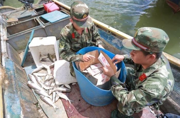 В Китае таможенники обнаружили у рыбаков весьма необычный улов