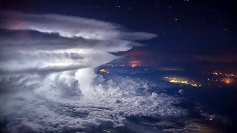 Удар природы: так выглядит гроза на высоте 10 тысяч метров