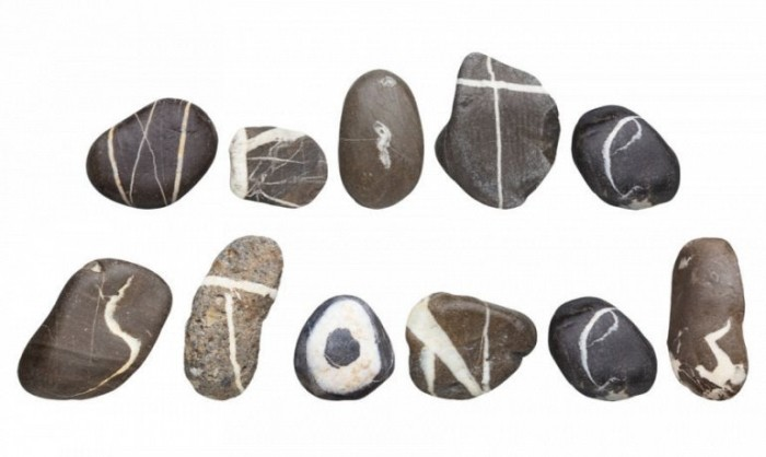 Мужчина собирал алфавит из камней в течение 10 лет