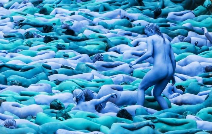 Тысячи голых синих людей на английских улицах
