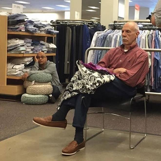 Мужья, ожидающие жен в магазинах